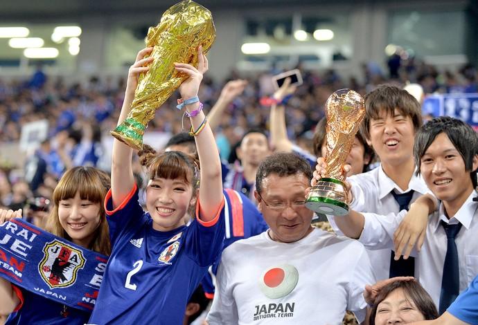 torcida com réplica da taça da Copa do Mundo no amistoso do Japão (Foto: AFP)