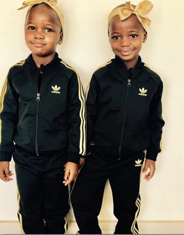 As pequenas Esther e Stella: tudo o que elas vestem vira sucesso de vendas e as meninas já foram convidadas par fazer campanha de roupas infantis  (Foto: Reprodução)