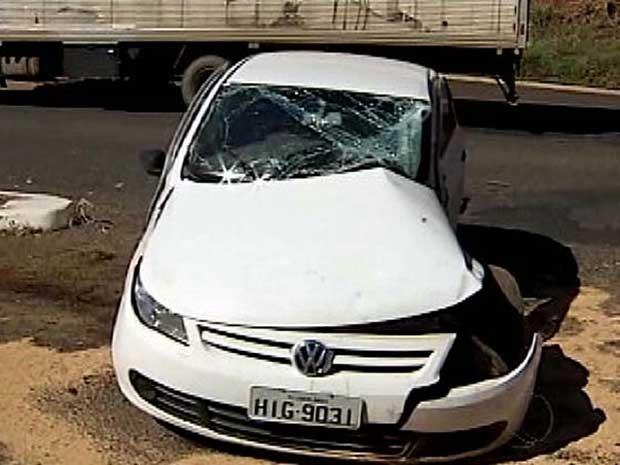 Um acidente na manhã desta segunda-feira (2) entre um carro e um caminhão deixou um ferido em Uberlândia. A colisão foi no anel viário Ayrton Senna e segundo a Polícia Militar (PM), o condutor do veículo não respeitou a sinalização de Pare ao entrar no anel viário. O caminhão que descia a via bateu na lateral do carro, atingindo o motorista que foi encaminhado para o Pronto Socorro da Universidade Federal de Uberlândia (PS-UFU). Segundo a assessoria do hospital, o estado de saúde dele é estável, mas ainda deve passar por novas avaliações. (Foto: Reprodução/TV Integração)