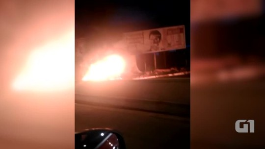 Carro pega fogo em avenida de Teresina e trânsito fica congestionado