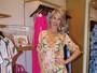 Ana Hickmann usa macaquinho floral e deixa pernas à mostra em evento