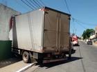Caminhão invade muro e dois ficam feridos em Campos, no RJ