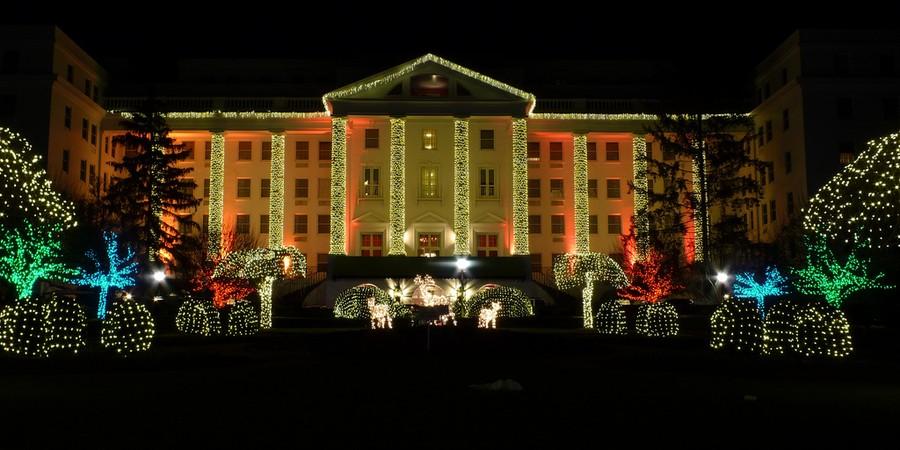 O hotel The Greenbrier fica em White Sulphur Springs, na Virgínia Ocidental. Ele foi aberto em 1800, mas foi se expandindo com o passar dos anos e ficou mais conhecido em 1913, com a abertura das ferrovias de Chesapeake e de Ohio.  (Foto: Flickr/Matt Galagher)
