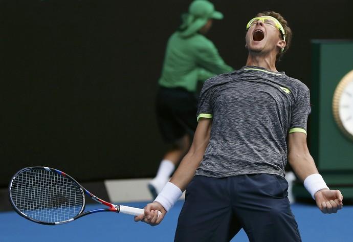 Usbeque Denis Istomin comemora muito a vitória sobre o sérvio Novak Djokovic, maior campeão do Aberto da Austrália na Era Moderna (Foto: Reuters)