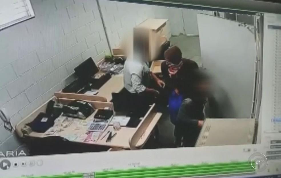 Câmeras registraram a ação do criminoso na sala da tesouraria do supermercado em Marília (Foto: Reprodução/ TV TEM )