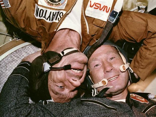 O astronauta Deke Slayton (à esquerda) abraça o cosmonauta Aleksey Leonov (à direita) durante acoplagem da Apollo com a Soyuz, em 1975. (Foto: Nasa)