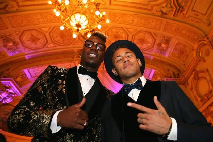 Pogba com Neymar na premiação da Bola de Ouro (Foto: Facebook)