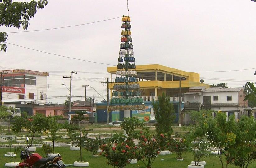 Mecânico construiu árvore de natal com embalagens de óleo de carro (Foto: Amazônia TV)