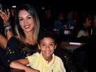 Diogo Nogueira estreia show e boa forma da mulher chama atenção