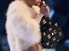 Miley Cyrus acende suposto cigarro de maconha no MTV EMA 2013