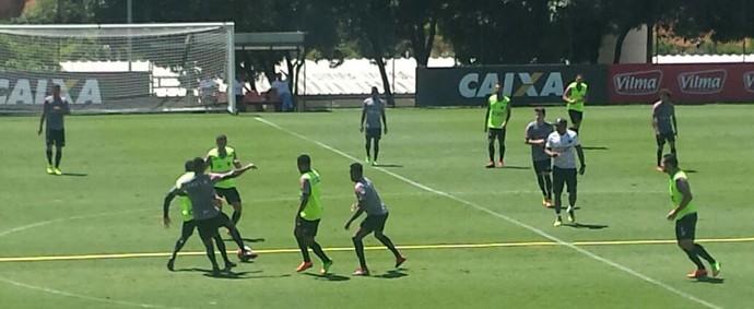 Jogadores do Atlético-MG no treino deste sábado: Léo Silva foi poupado (Foto: Elton Novais / TV Globo Minas)