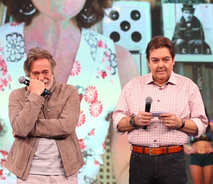 Aguenta coração! Zé de Abreu assiste aos depoimentos dos amigos e familiares (Foto: Carol Caminha/Gshow)