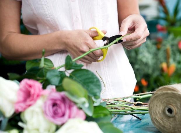2-cortar-o-caule-das-flores-na-diagonal (Foto: Thinkstock)