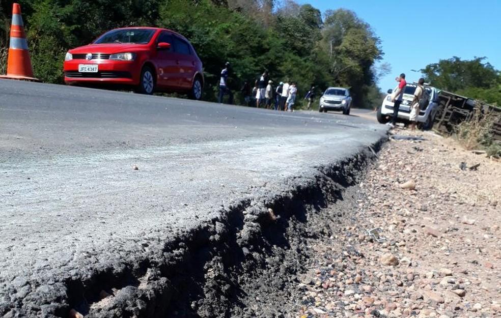 Desnível de 20 cm pode ter contribuído para o acidente, segundo a PRF (Foto: Divulgação/PRF-PI)
