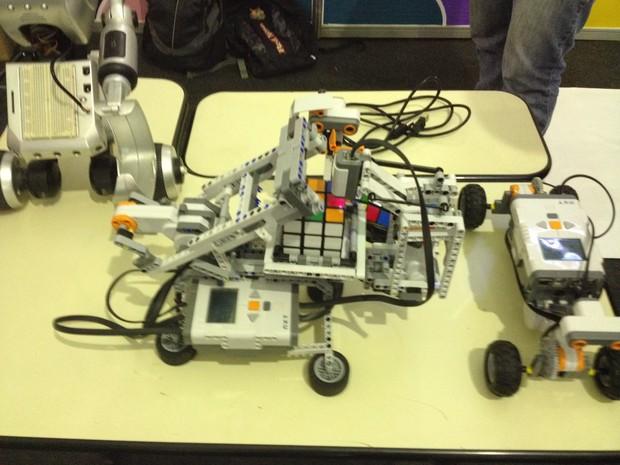 Robô minstorm usa cálculos matemáticos para solução (Foto: John Pacheco/G1)
