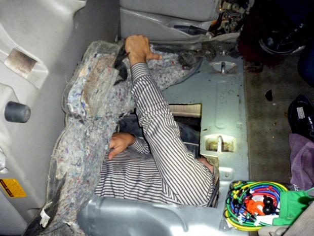 Foto desta terça-feira (1º) mostra brasileiro escondido em tanque de gasolina de um Toyota Sequoia 2001 (Foto: U.S. Customs and Border Protection/AP)