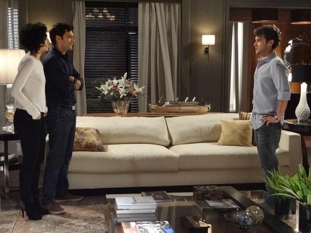 O playboy se depara com Érico em sua casa e fica sem graça (Foto: Sangue Bom / TV Globo)