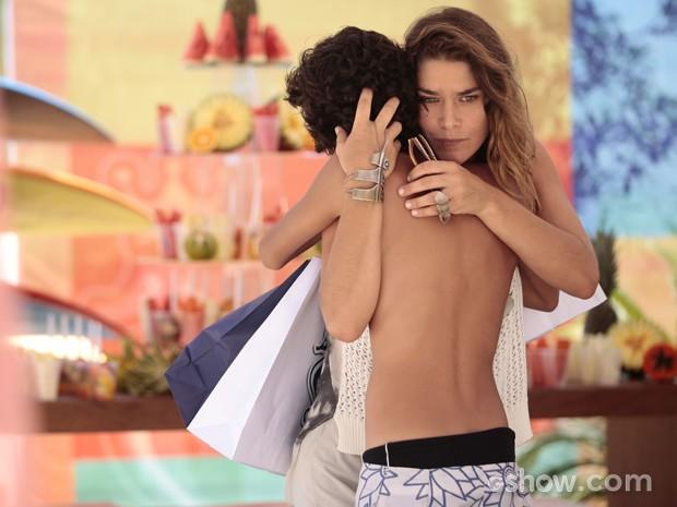 Raquel emocionada ao encontrar o filho após 13 anos  (Foto: Pedro Curi / TV Globo)