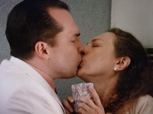 Seminha fica toda boba com o beijão de Nenê (Foto: Guerra dos Sexos/TV Globo)