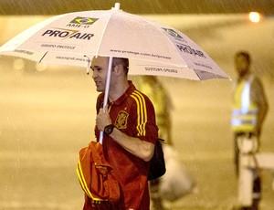 Iniesta Espanha desembaque Recife  (Foto: AP)