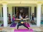Thalita Lippi dá aula de ioga para  Maíra Charken na casa da mãe, Nádia