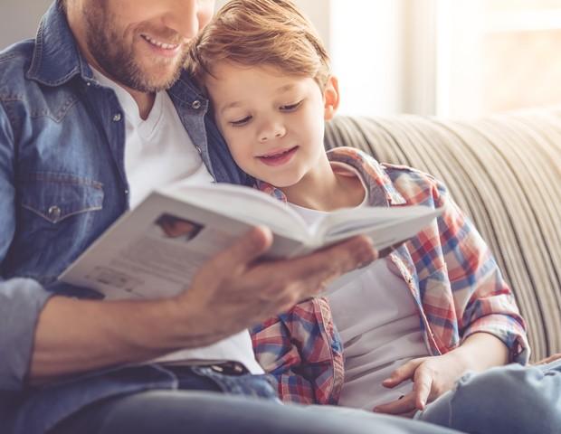 Pai lendo para o filho (Foto: Thinkstock)