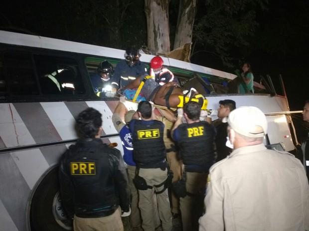 Vítimas foram socorridas e os feridos encaminhados para hospitais de Campo Mourão, no Paraná (Foto: PRF/ Divulgação)
