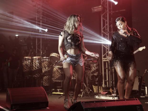 Claudia Leitte e Anitta cantam em ensaio da Mocidade na Zona Sul do Rio (Foto: Marcello Sá Barretto e Alex Palarea/ Ag. News)