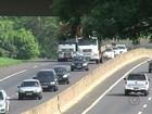 Caminhoneiros desrespeitam placas e circulam pela esquerda na BR-153