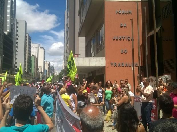 Manifestação em frente ao Fórum da Justiça do Trabalho em Juiz de Fora (Foto: Roberta Oliveira/G1)