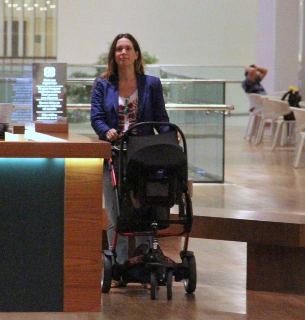 Vanessa Lóes com a familia em shopping (Foto: Marcus Pavão/Agnews)