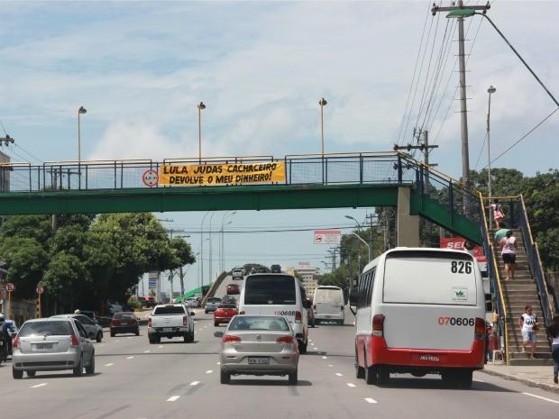 Faixa em avenida de Manaus critica ex-presidente (Foto: Suelen Gonçalves/G1 AM)