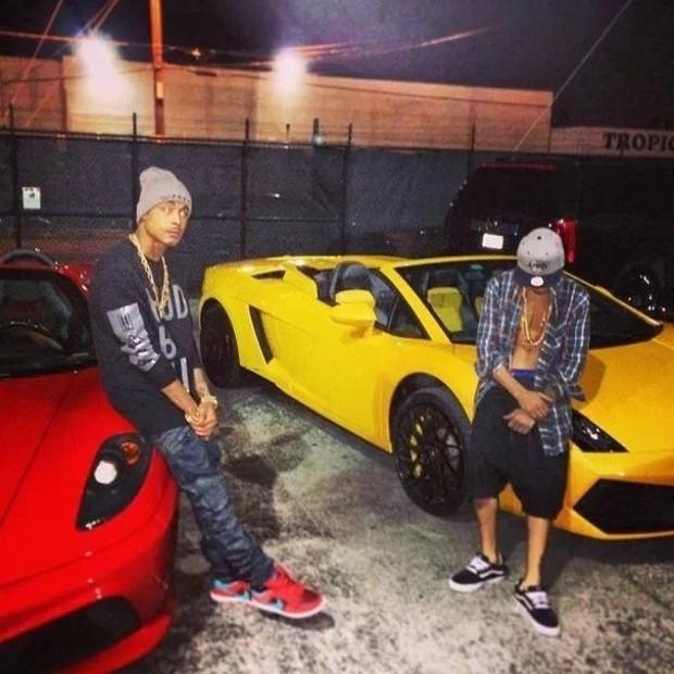 Justin e Khalil com os carros antes da prisão (Foto: Reprodução/Instagram)