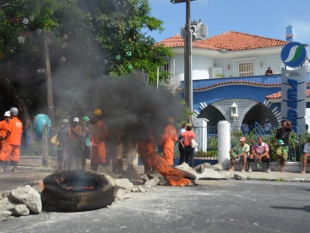 Pedreiros usaram pedras e pneus queimados para interditar avenida, em João Pessoa (Foto: André Resende/G1)
