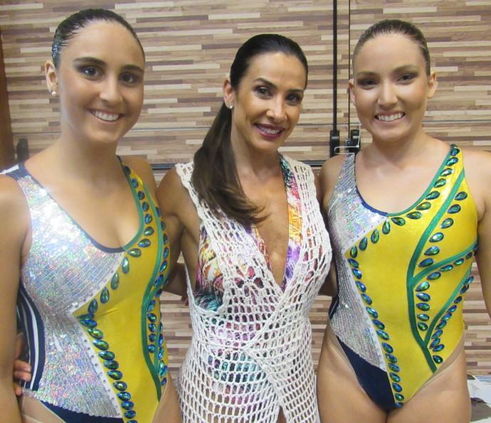 Scheila Carvalho e a dupla nos bastidores das gravações do 'Estrelas' na Bahia (Foto: Nathália Gomes / Gshow)