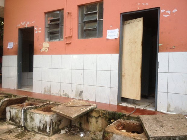 Banheiros da Escola Castelo Branco foram desobstruídos na tarde desta quinta-feira, 20 (Foto: Ivanete Damasceno/G1)