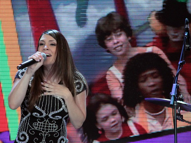 Cantora se apresenta com a música 'Super Fantástico' (Foto: TV Globo/Altas Horas)