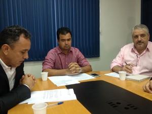 Casos foram esclarecidos pelo corregedor do Detran Cristiano Lopes (meio); diretor-geral adjunto, Antônio Rebello e o coordenador da comissão de credenciamento de placas João Marcos Mendes (Foto: Ísis Capistrano/ G1)