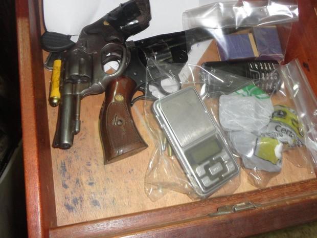 Dois revólveres, munições e uma balança de precisão foram apreendidos na casa dos suspeitos. (Foto: Diego Souza/G1)