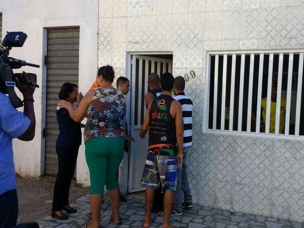Amigos e familiares acompanham notícias de queda de avião com jogador sergipano (Foto: Denise Gomes/TV Sergipe)