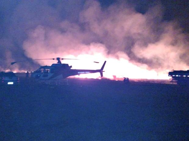 Incêndio atingiu área de aeroporto de Feijó neste domingo (28) (Foto: Divulgação/Corpo de Bombeiros)