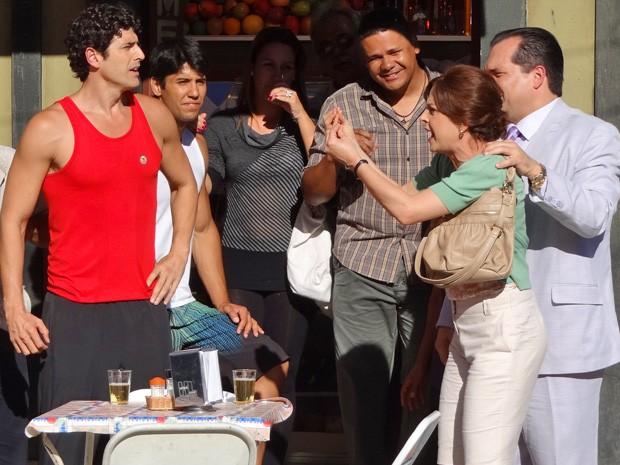 Nieta faz um escândalo ao encontrar Nando em bar na Mooca (Foto: Guerra dos Sexos/ TV Globo)