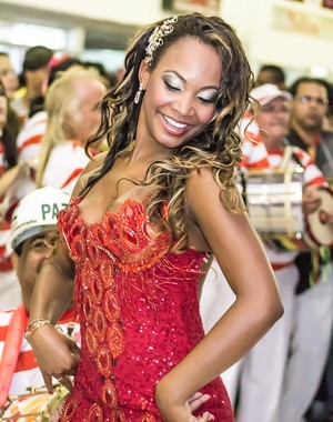De vermelho, Luana ensaia para o desfile da Estácio de Sá (Foto: Divulgação: Alex Nunes)