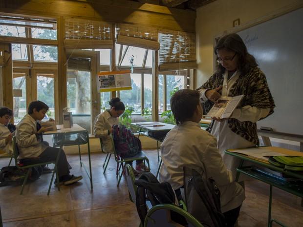 Professores recebem uma capacitação especial para dar aulas na escola sustentável (Foto: Pablo Porciuncula  / AFP)