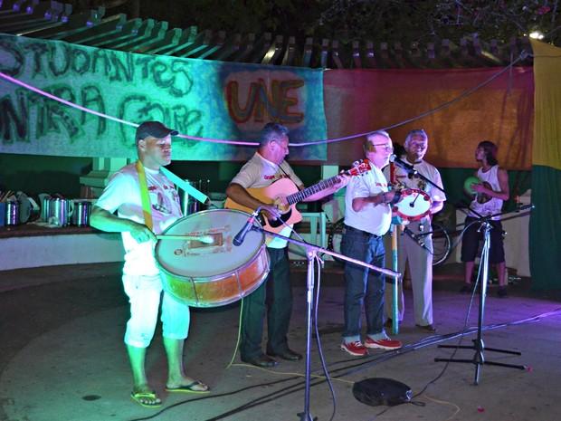 Artistas locais se apresentaram durante ato na Praça da Revolução, em Rio Branco (Foto: Quésia Melo/G1)