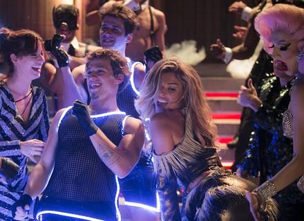 Luciane dança até o chão com gogo boys e provoca a ira de Hércules