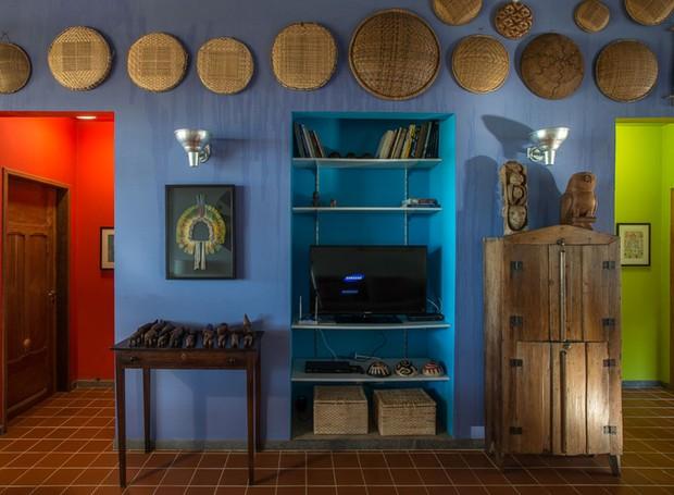 As peneiras artesanais na parede contam uma história. Elas foram produzidas pelo artesanato da zona rural de colonização branca de várias partes do Brasil. A maioria, entretanto, é de artesanato indígena de diversas etnias brasileiras. Elas vão sendo comp (Foto: Daniel Mansur/Divulgação)