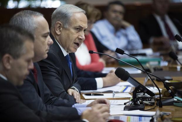 O premiê de Israel, Benjamin Netanyahu, fala durante reunião ministerial neste domingo (16) em Israel (Foto: AFP)