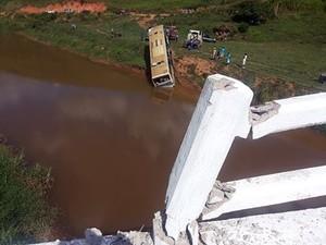 Encontrada segunda vítima de acidente na BR-116 em MG (Foto: Augusto Medeiros/G1)