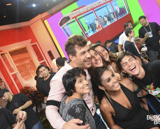 Plateia abraça campeão do BBB15 (Foto: Leonardo Simplício)